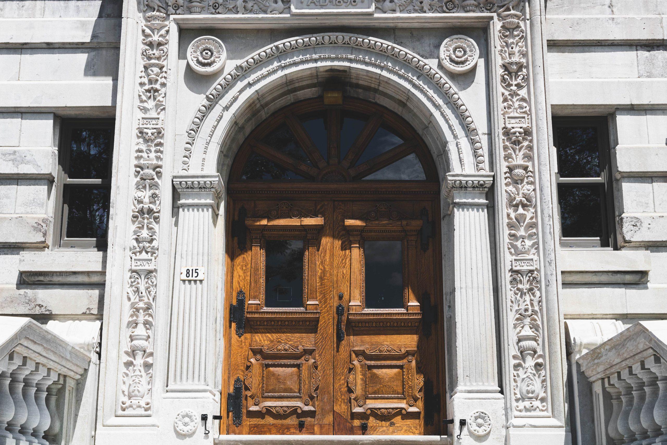Porte et façade MacDonald Chemistry